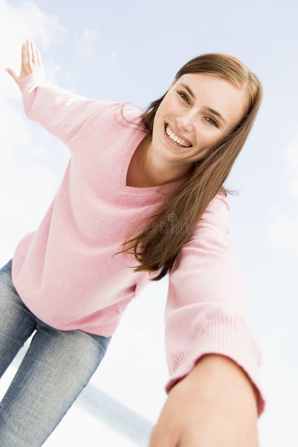 Mujer joven que se relaja afuera imagen de archivo libre de regalías