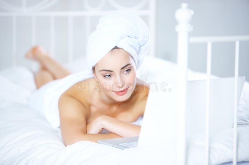 Mujer joven que se relaja con su pelo en una toalla imagen de archivo libre de regalías