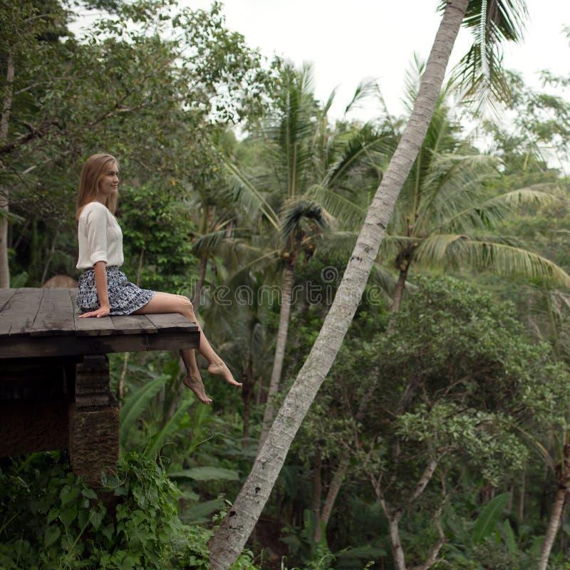 Mujer joven que se relaja en balcón fotos de archivo