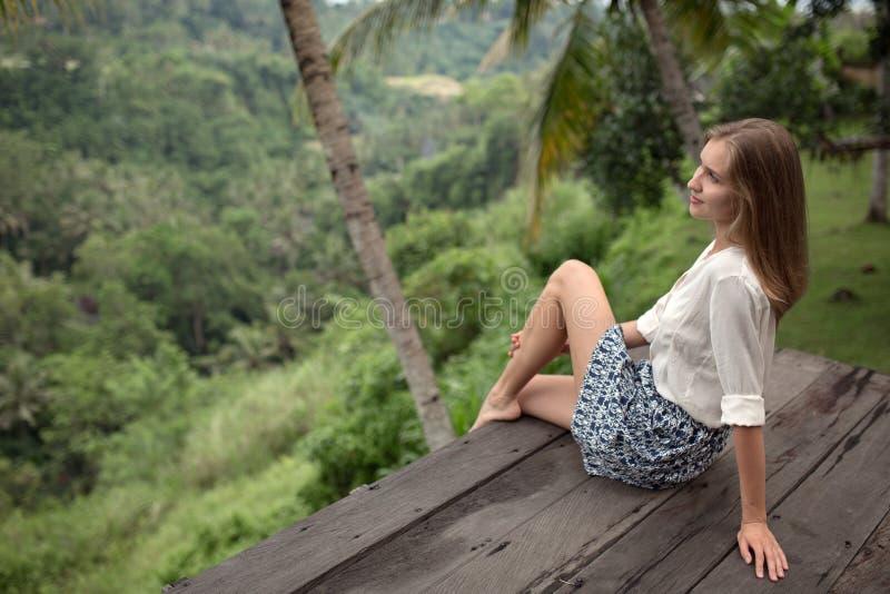 Mujer joven que se relaja en balcón imágenes de archivo libres de regalías