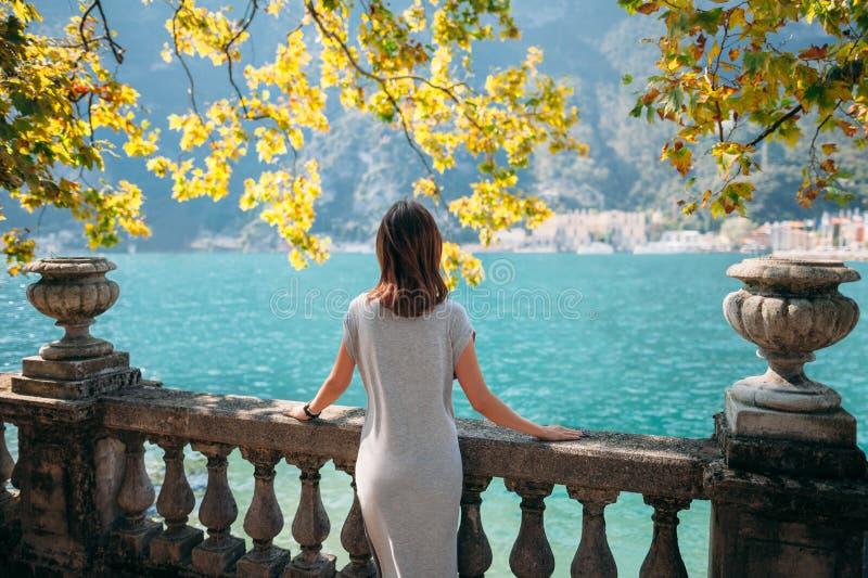 Mujer joven que se relaja en el lago hermoso Garda foto de archivo