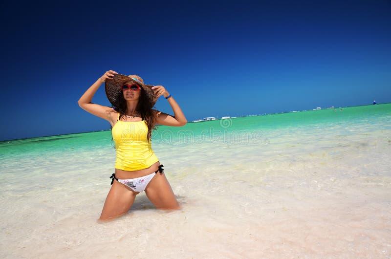 Mujer joven que se relaja en la playa carribean tropical fotografía de archivo