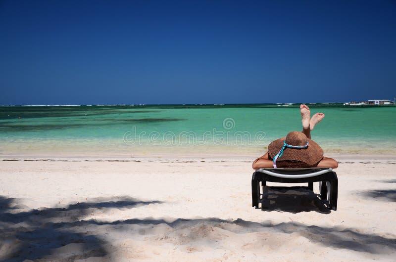 Mujer joven que se relaja en la playa carribean tropical fotos de archivo