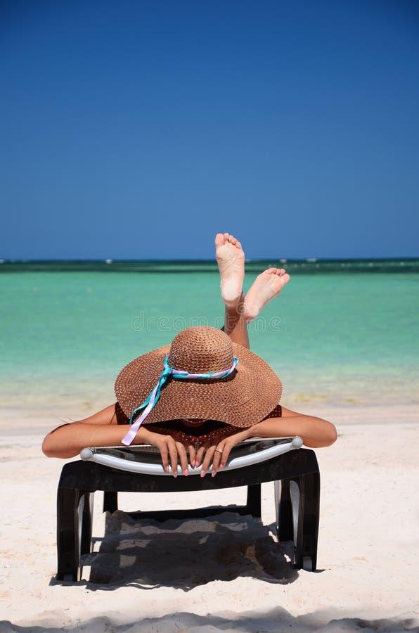 Mujer joven que se relaja en la playa carribean tropical fotos de archivo libres de regalías