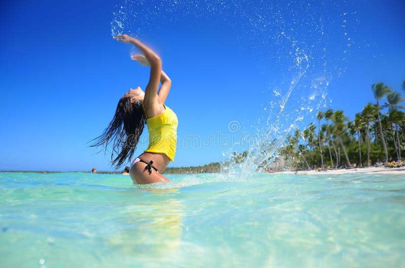 Mujer joven que se relaja en la playa carribean tropical imagen de archivo