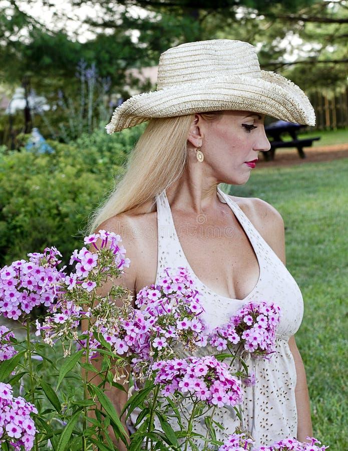 Download Mujer Joven Que Se Sienta Por Las Flores Foto de archivo - Imagen de outdoors, afuera: 42443130