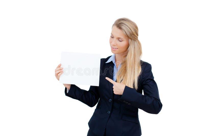 Mujer joven que se sostiene en la tarjeta en blanco en su mano imagen de archivo