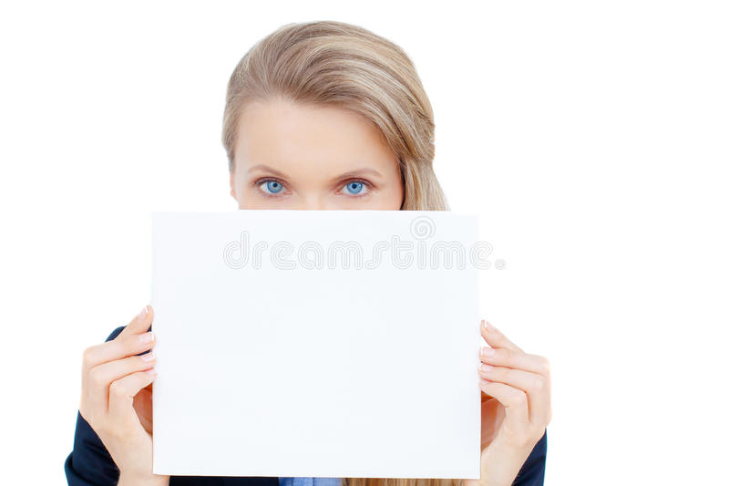 Mujer joven que se sostiene en la tarjeta en blanco en su mano foto de archivo