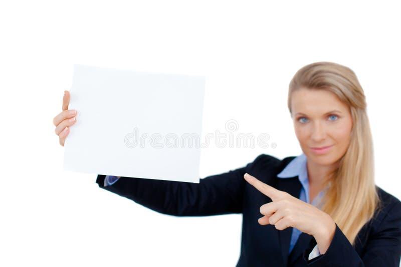 Mujer joven que se sostiene en la tarjeta en blanco en su mano fotos de archivo libres de regalías