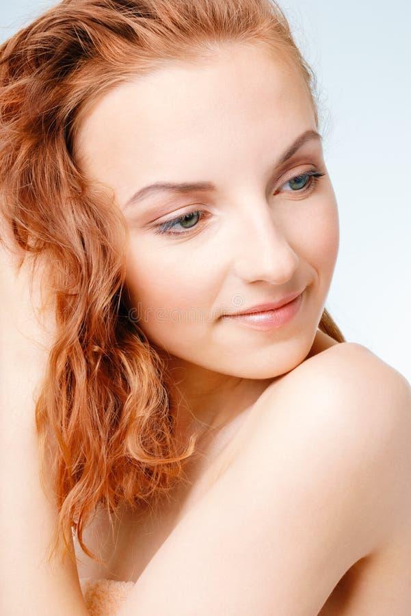 Mujer joven que seca el pelo mojado imagen de archivo libre de regalías