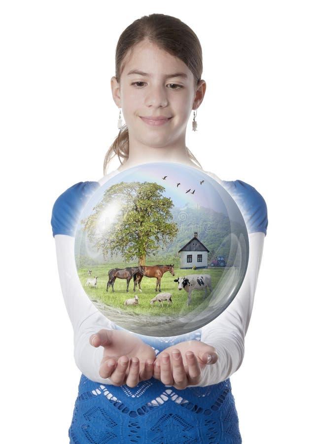 Mujer joven que sostiene el globo de la granja fotografía de archivo