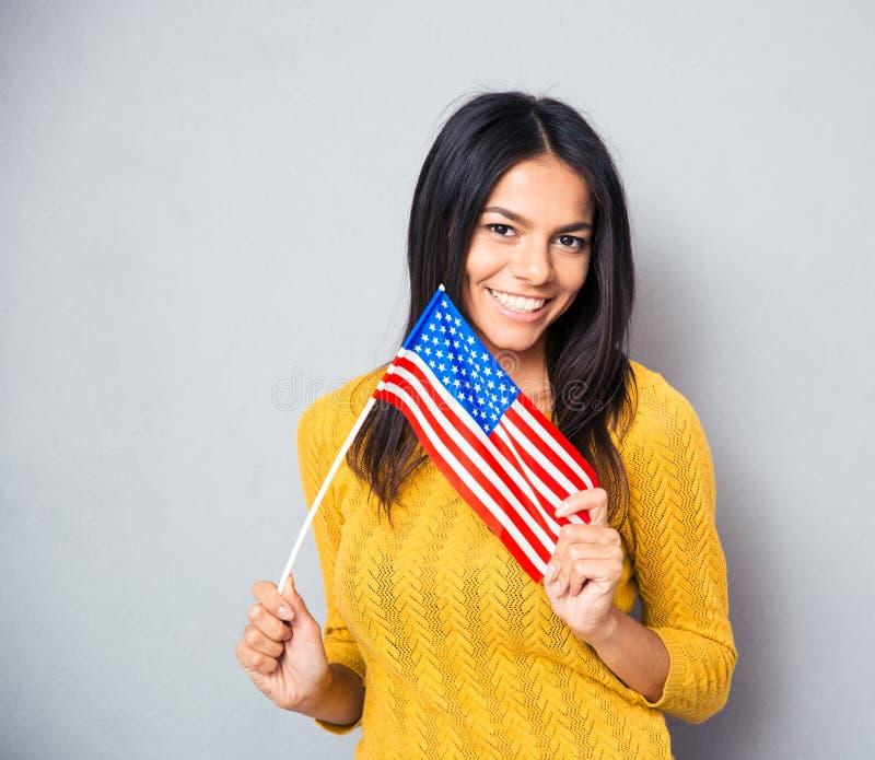 Mujer joven que sostiene el indicador americano imagen de archivo