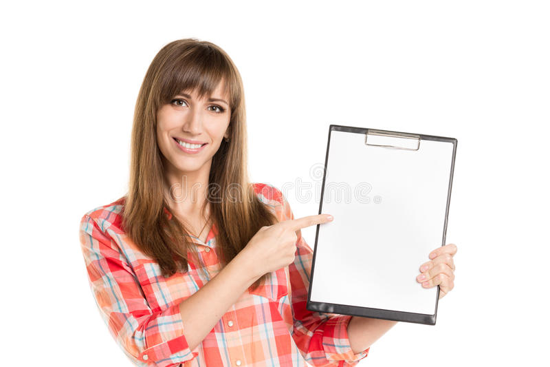 Mujer joven que sostiene la hoja de papel aislada en blanco imagen de archivo