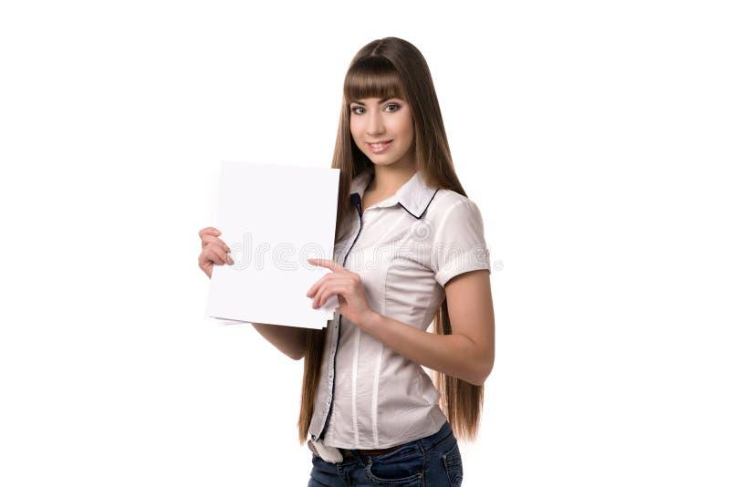Mujer joven que sostiene la hoja de papel vacía foto de archivo