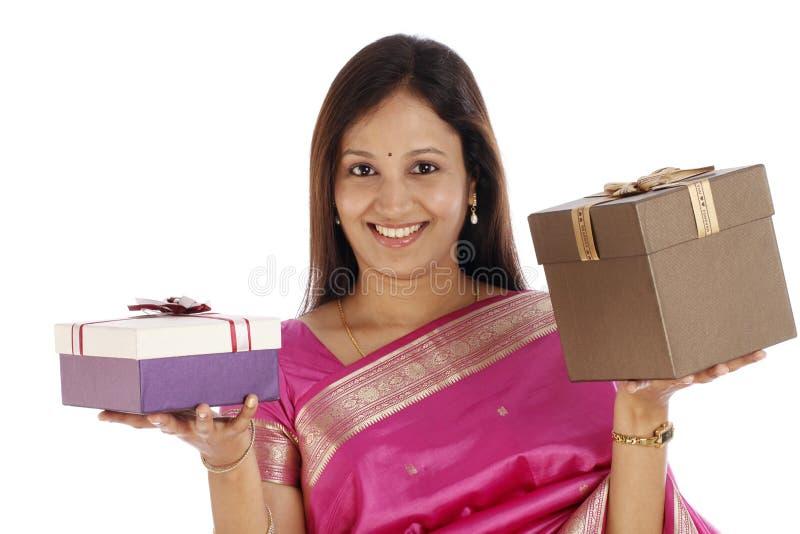 Mujer joven que sostiene las cajas de regalo imágenes de archivo libres de regalías