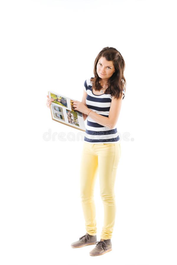 Mujer joven que sostiene un álbum de foto fotografía de archivo libre de regalías