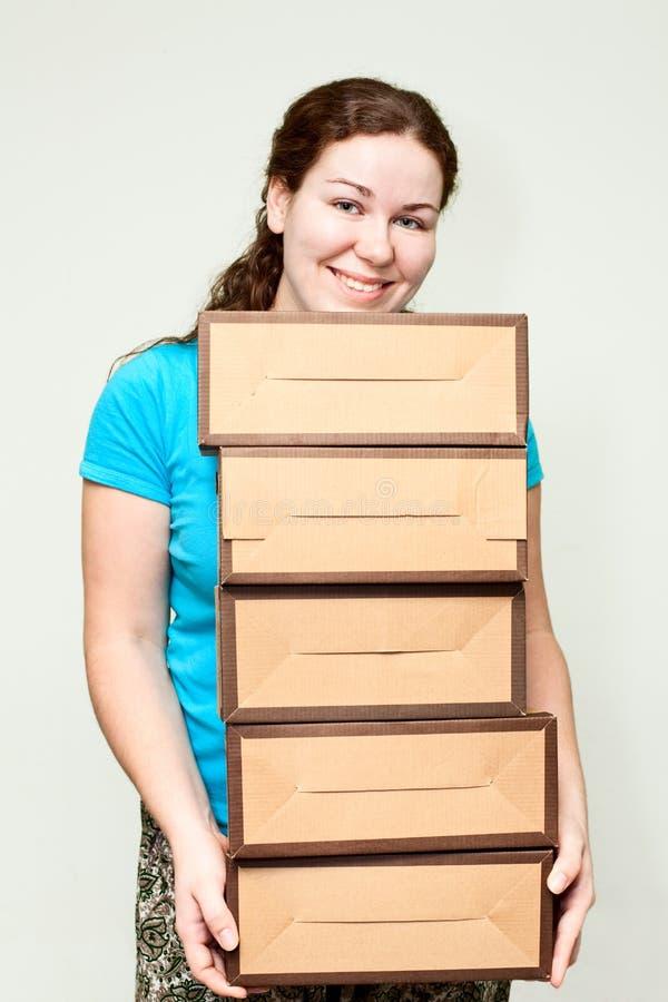 Mujer joven que sostiene varios rectángulos imágenes de archivo libres de regalías