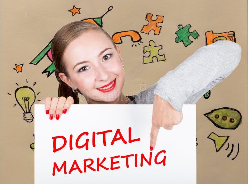 Mujer joven que sostiene whiteboard con palabra de la escritura: márketing digital Tecnología, Internet, negocio y márketing imagenes de archivo
