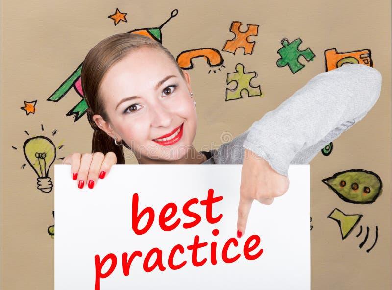 Mujer joven que sostiene whiteboard con palabra de la escritura: mejor práctica Tecnología, Internet, negocio y márketing foto de archivo libre de regalías
