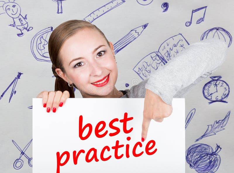 Mujer joven que sostiene whiteboard con palabra de la escritura: mejor práctica Tecnología, Internet, negocio y márketing imágenes de archivo libres de regalías