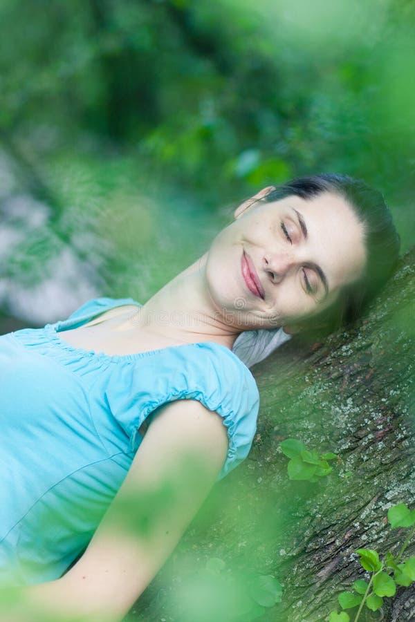 Mujer joven que sueña despierto foto de archivo