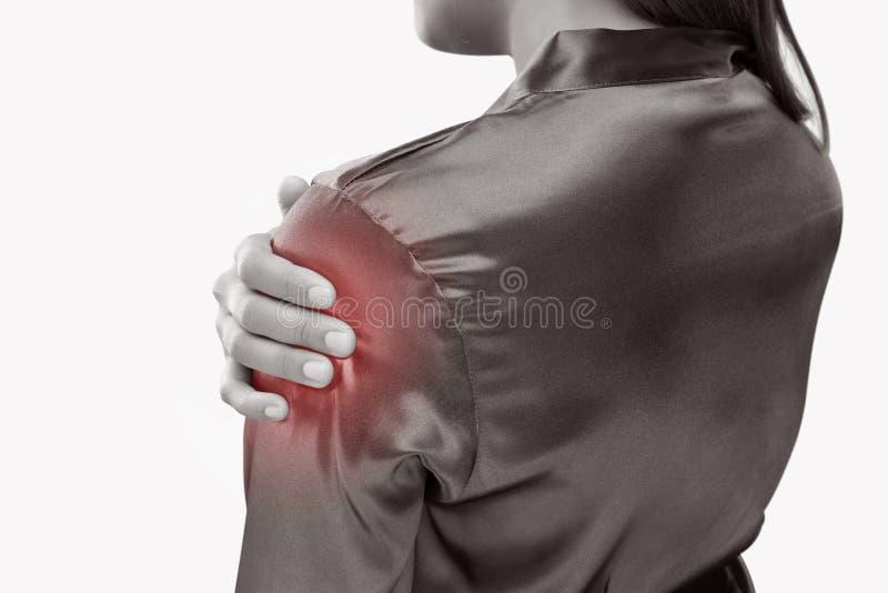 Mujer joven que sufre de dolor en hombro imagen de archivo