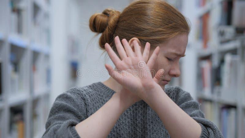 Mujer joven que tiene aversión y que rechaza oferta en café imagen de archivo