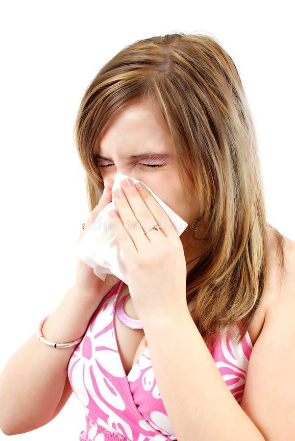 Mujer joven que tiene gripe o alergia fotografía de archivo