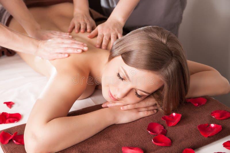Mujer joven que tiene masaje en balneario de la belleza imagenes de archivo