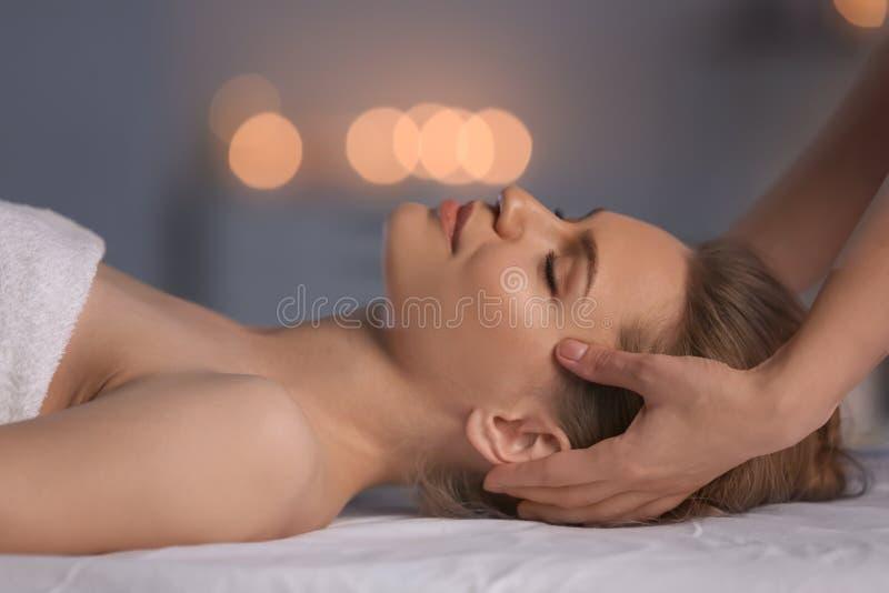 Mujer joven que tiene masaje principal en salón de belleza foto de archivo libre de regalías