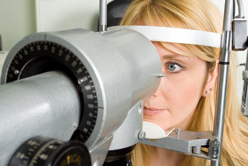 Mujer joven que tiene prueba del ojo fotos de archivo libres de regalías
