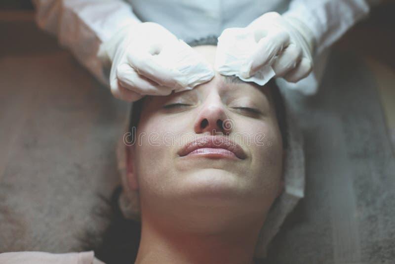Mujer joven que tiene tratamiento en la cara fotografía de archivo libre de regalías