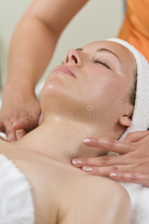 Mujer joven que tiene tratamiento facial en el balneario de la salud imagen de archivo libre de regalías