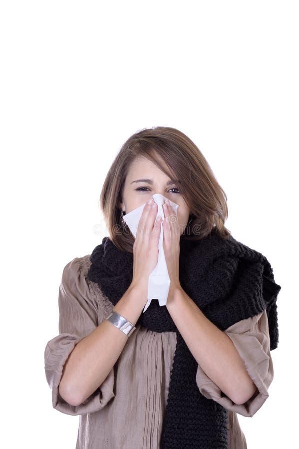 Mujer joven que tiene un frío fotos de archivo