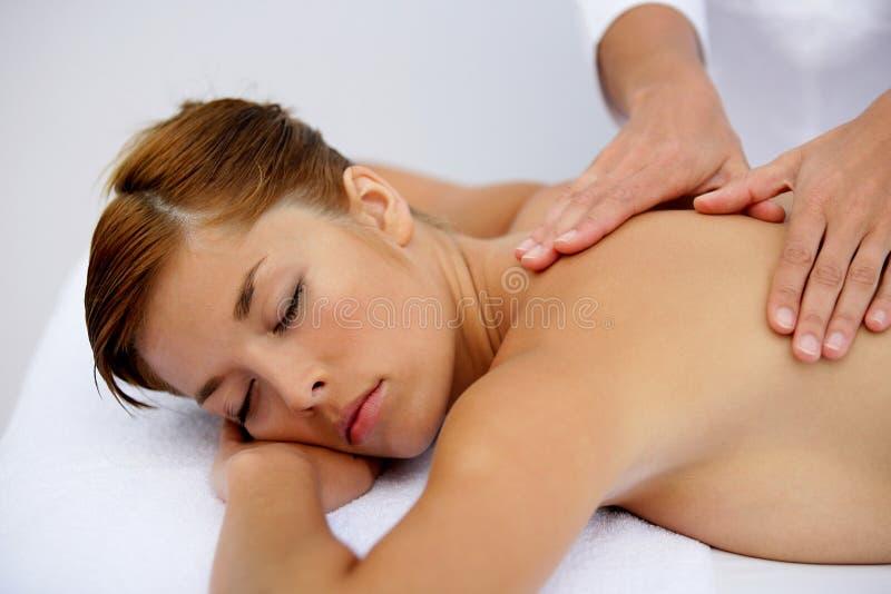 Mujer joven que tiene un masaje imagen de archivo
