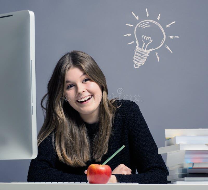 Mujer joven que tiene una gran idea imagen de archivo