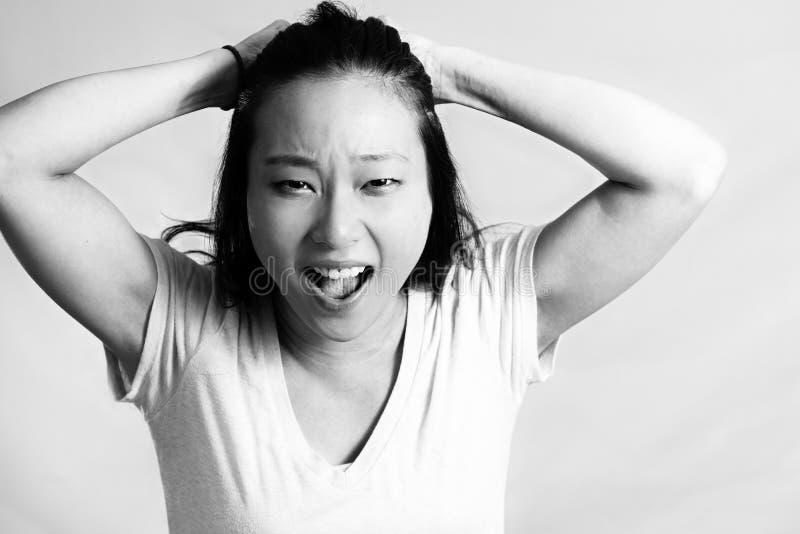 Mujer joven que tira de su pelo imagen de archivo libre de regalías