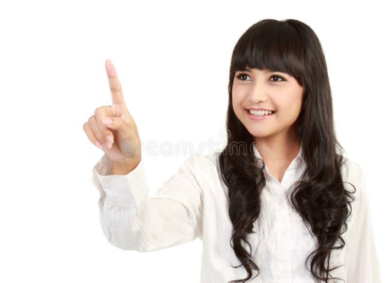 Mujer joven que toca algo en la pantalla fotografía de archivo libre de regalías