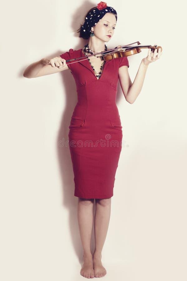 Mujer joven que toca el violín fotos de archivo