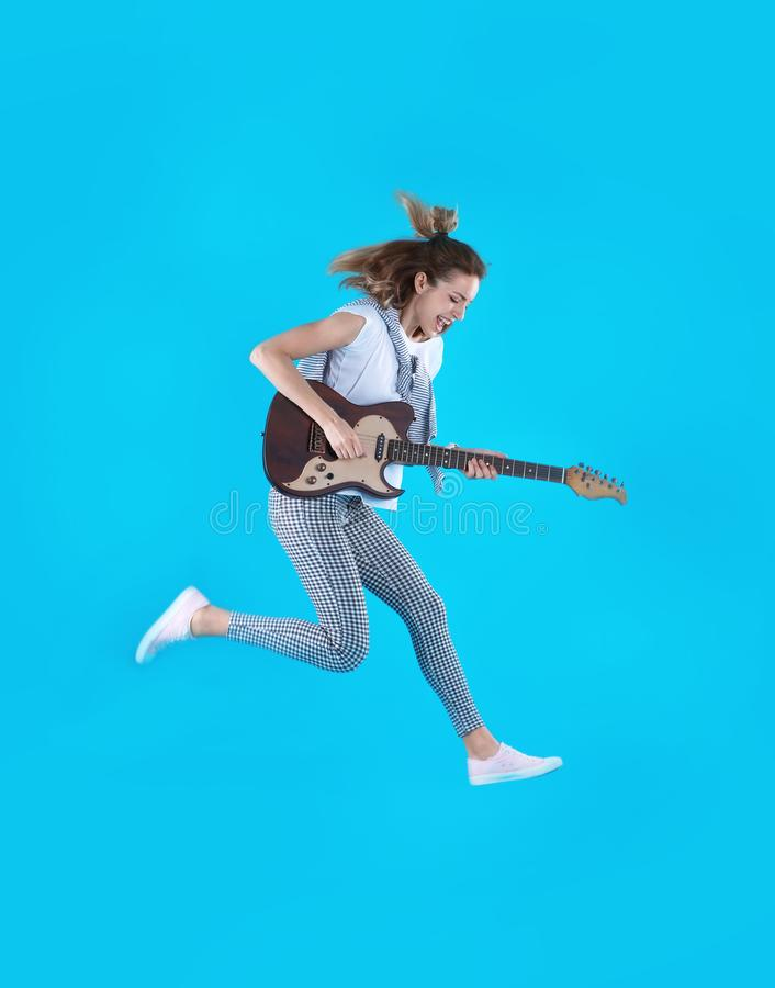 Mujer joven que toca la guitarra eléctrica foto de archivo libre de regalías
