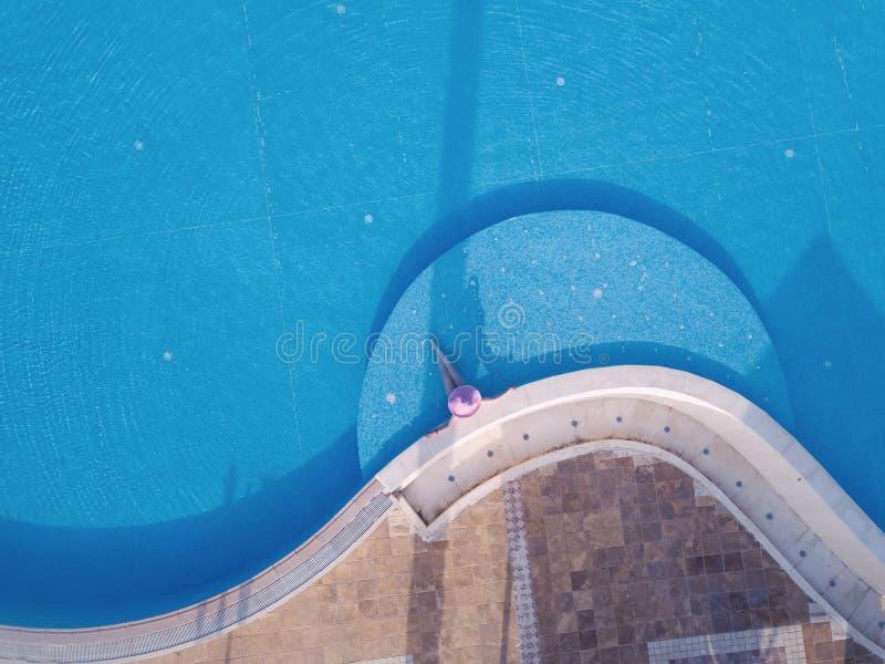 Mujer joven que toma el sol en una piscina imágenes de archivo libres de regalías