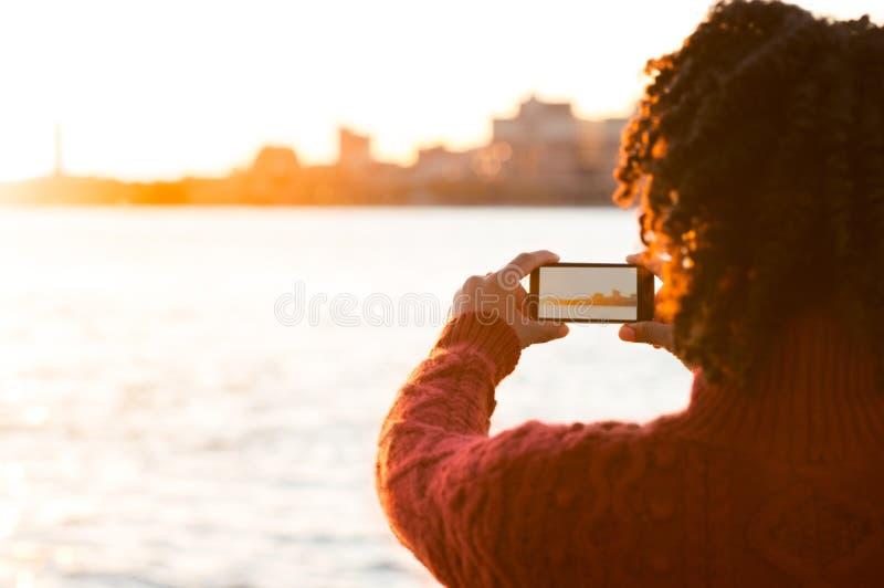 mujer joven que toma las fotos imagenes de archivo