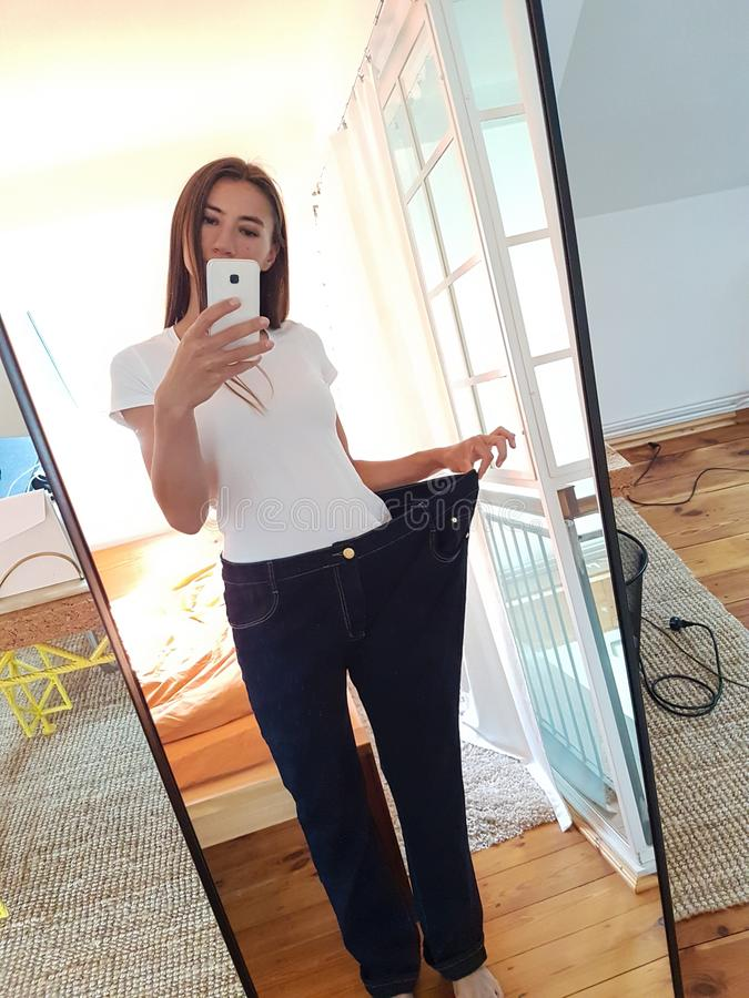 Mujer joven que toma Selfie en espejo fotografía de archivo