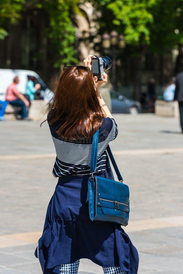 Mujer joven que toma una foto fotografía de archivo libre de regalías