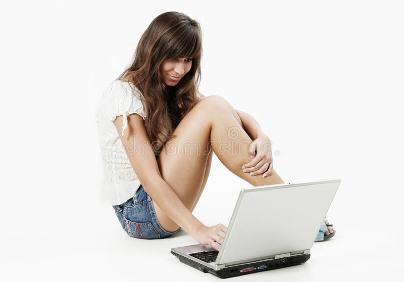Mujer joven que trabaja con la computadora portátil fotografía de archivo libre de regalías
