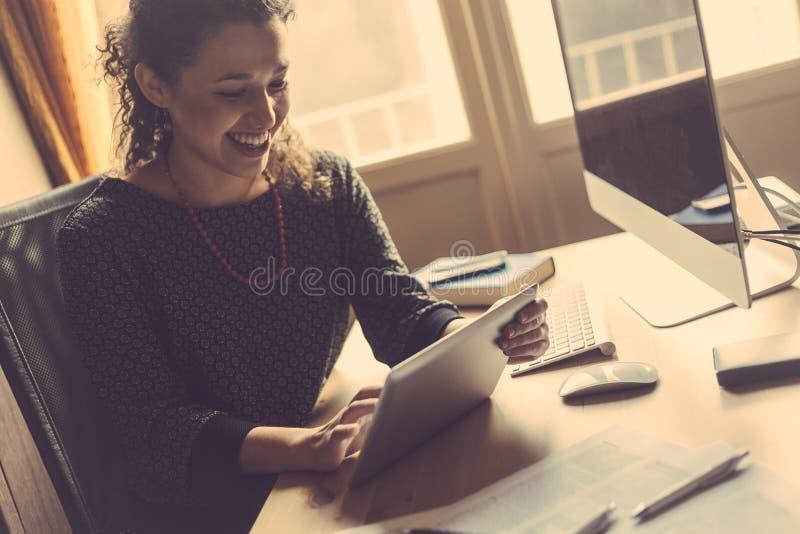 Mujer joven que trabaja en casa imágenes de archivo libres de regalías