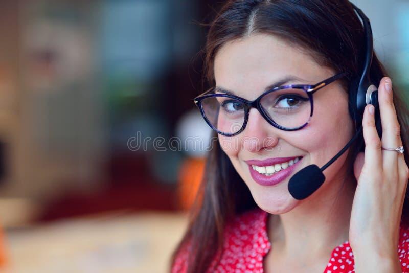 Mujer joven que trabaja en centro de llamada imágenes de archivo libres de regalías