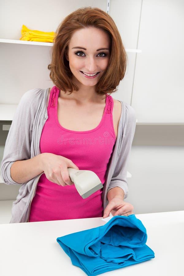 Mujer joven que usa el escáner del código de barras imágenes de archivo libres de regalías