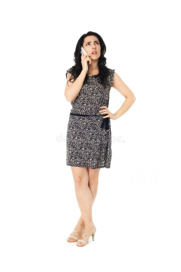 Mujer joven que usa el teléfono fotos de archivo