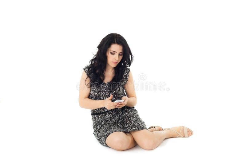 Mujer joven que usa el teléfono imagen de archivo